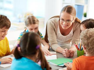 תמונת רקע למאמר מורה עם קבוצת תלמידים