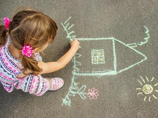 תמונת רקע למאמר ילדה מציירת