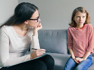 תמונת רקע למאמר ילדה מופנמת בשיחה עם מורה