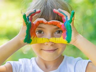 תמונת רקע למאמר ילדה עם צבעי גואש על הידיים, ממסגרת את העיניים