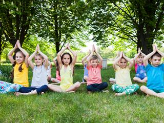 תמונת רקע למאמר קבוצת ילדים עושה יוגה