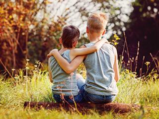 תמונת רקע למאמר - שני ילדים חברים
